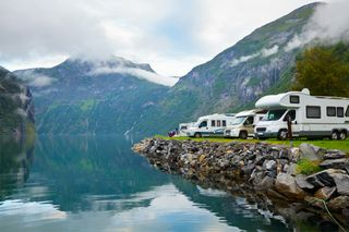 Rv-campers-at-lake