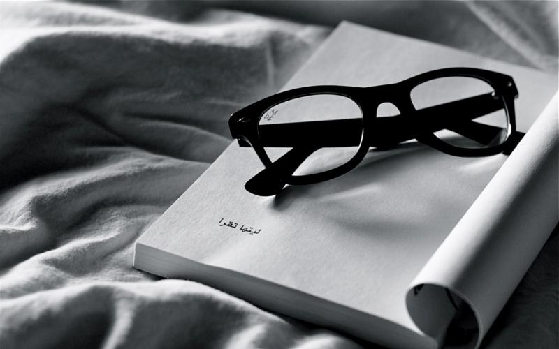 Book-iPad-wallpaper-Reading-Ray-Ban-Glasses